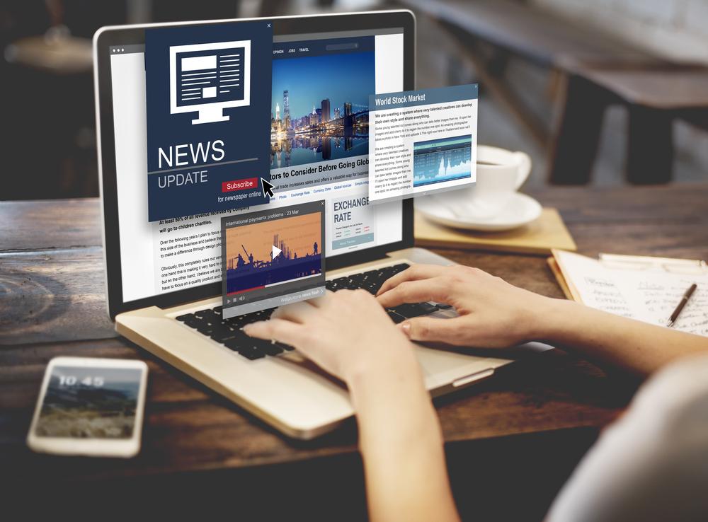 laptop con noticias que aparecen en la pantalla