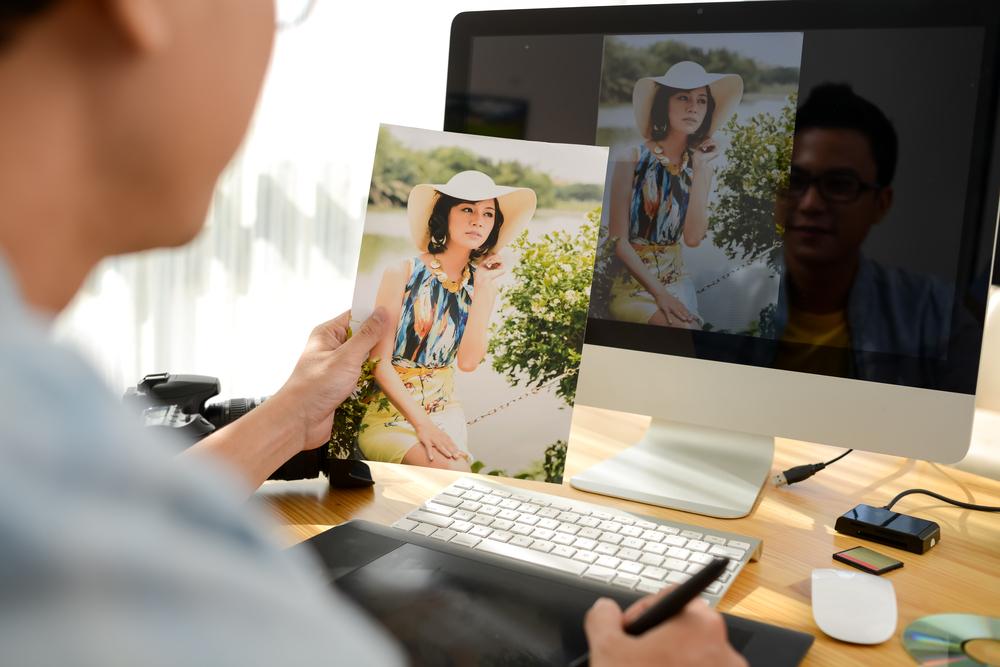 hombre sosteniendo foto para edición