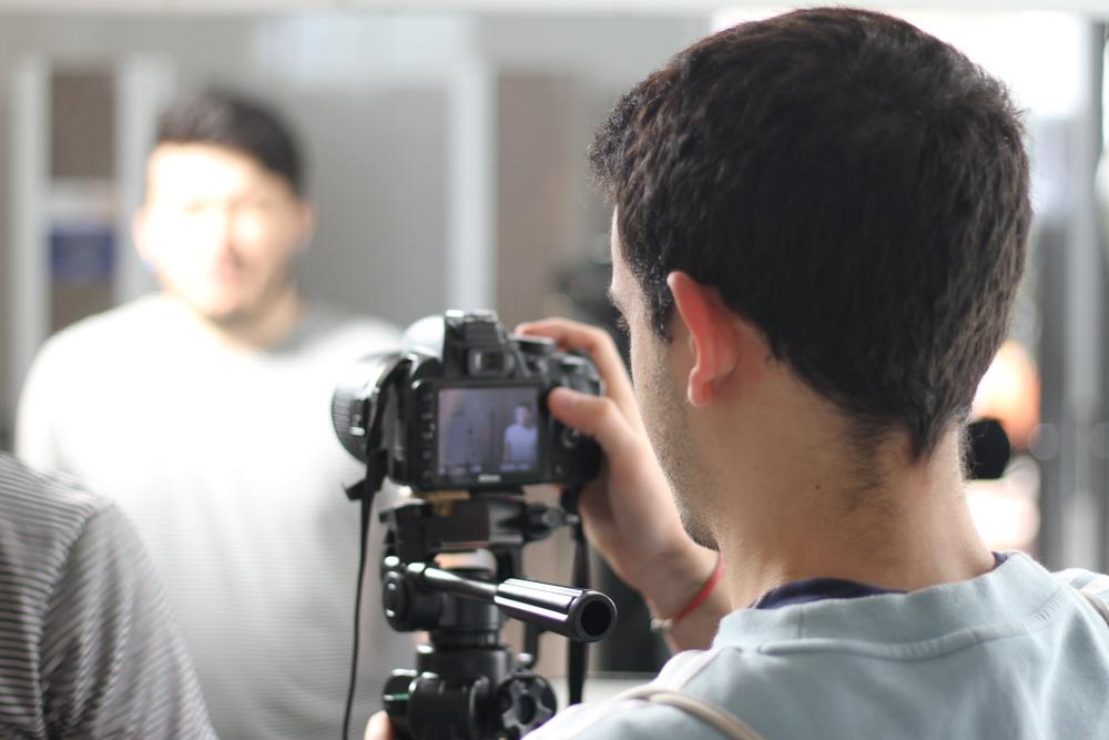 hombre sosteniendo cámara de grabación