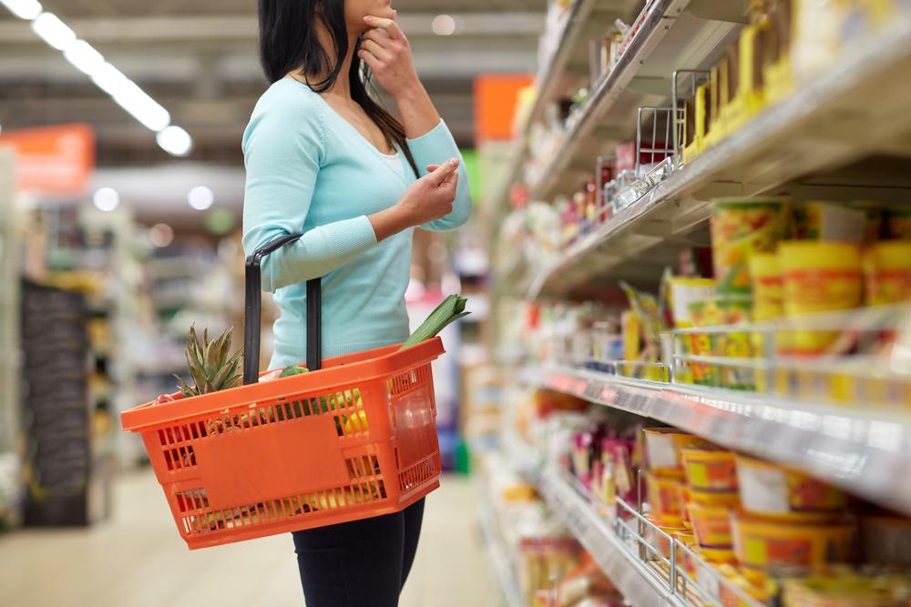 consumidor eligiendo el producto